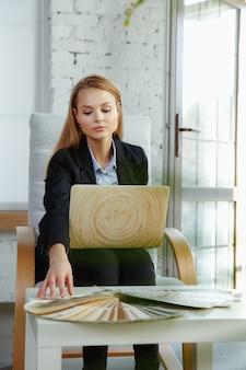 Innenarchitekt, der im modernen büro arbeitet.