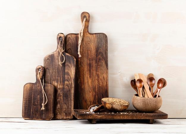 Innenarchitektur der grauen küchenwand mit kupferausrüstung und schneidebrett