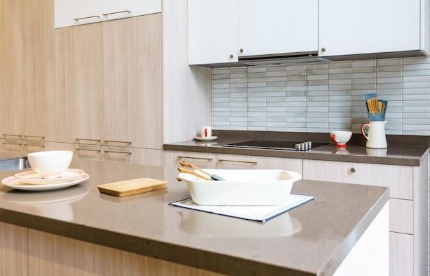 Innenarchitektur der modernen küche mit hölzernen fassaden und granit worktop