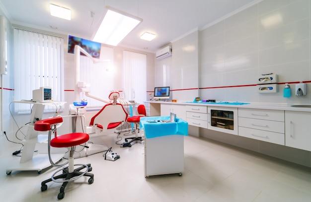 Innenarchitektur der zahnklinik mit stuhl und werkzeugen