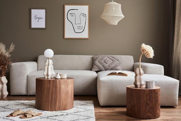 Innenarchitektur des gemütlichen wohnzimmers mit stilvollem sofa, couchtisch, blumen in vase, mock-up-poster, teppich, dekoration, kissen, plaid und persönlichen accessoires in moderner wohnkultur