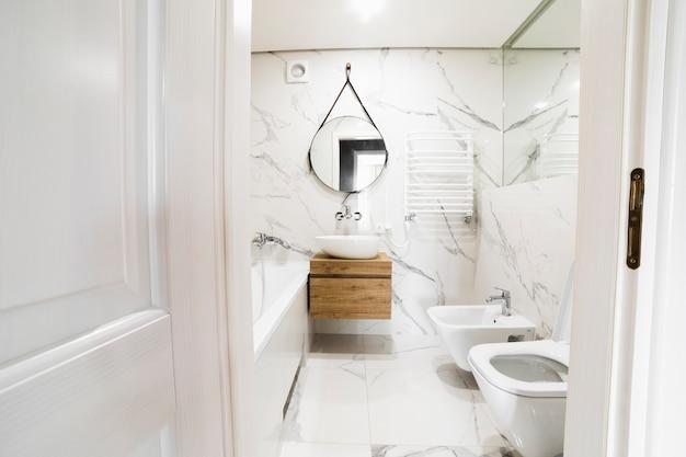 Innenarchitektur des modernen badezimmers