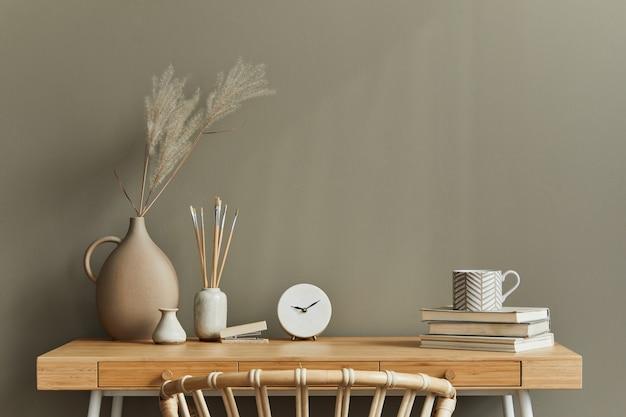 Innenarchitektur des neutralen böhmischen wohnzimmers mit stilvollem schreibtisch, sessel, getrockneten blumen in vase, buch, dekoration, bürobedarf, kopienraum, notizen und persönlichem zubehör.