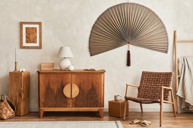 Innenarchitektur des neutralen wohnzimmers mit stilvoller retro-kommode, posterrahmen, würfel, tischlampe, dekoration und eleganten persönlichen accessoires in der wohnkultur. schablone. japandi-konzept.