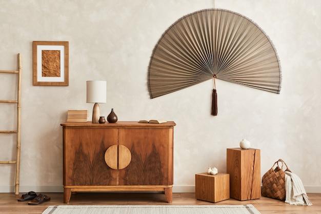 Innenarchitektur des neutralen wohnzimmers mit stilvoller retro-kommode, rahmen, würfel, tischlampe, dekoration und eleganten persönlichen accessoires in der wohnkultur. japandi-konzept.