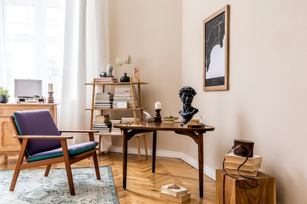 Innenarchitektur des stilvollen bibliotheksraums mit retro-sessel, holztisch, buchständer, büchern, karte, vintage-teppich und eleganten persönlichen accessoires. beige wand. wohnkultur..