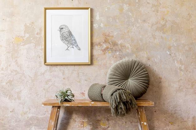 Innenarchitektur des wohnzimmers mit mock-up-fotorahmen, luftpflanze, kissen, plaid, holzbank und eleganten persönlichen accessoires in moderner wohnkultur.