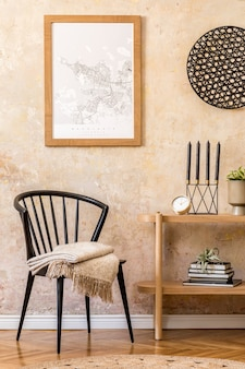 Innenarchitektur des wohnzimmers mit stilvollem schwarzem stuhl, holzkonsole, büchern, pflanzen, uhr, dekoration, grunge-wand und eleganten persönlichen accessoires in moderner wohnkultur.