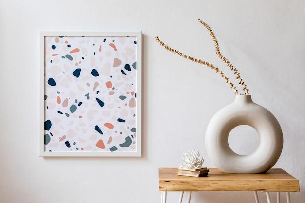 Innenarchitektur des wohnzimmers mit stilvollen trockenblumen in vase, holzcouchtisch, posterrahmen, dekoration und persönlichen accessoires in moderner wohnkultur.