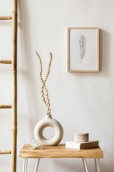 Innenarchitektur des wohnzimmers mit stilvollen trockenblumen in vase, holzleiter, dekoration, posterrahmen, büchern, couchtisch und persönlichen accessoires in wohnkultur.