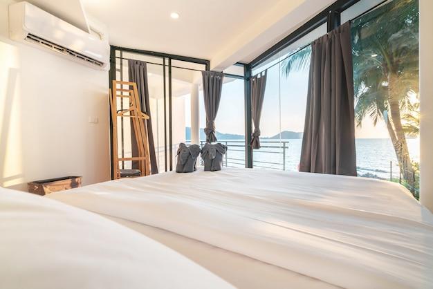 Innenarchitektur im schlafzimmer der poolvilla mit gemütlichem bett mit goldenem lichtsonnenuntergang