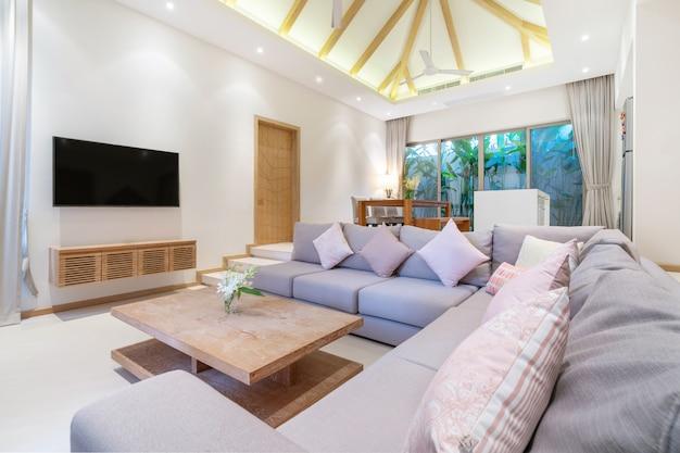 Innenarchitektur im wohnzimmer mit offenem küchenbereich