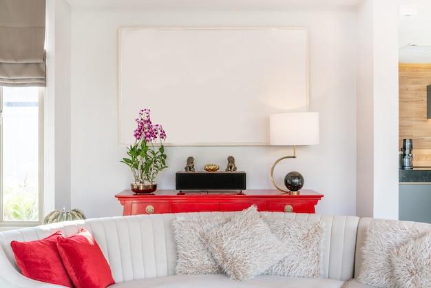 Innenarchitektur im wohnzimmer mit sofa oder couch und holztisch