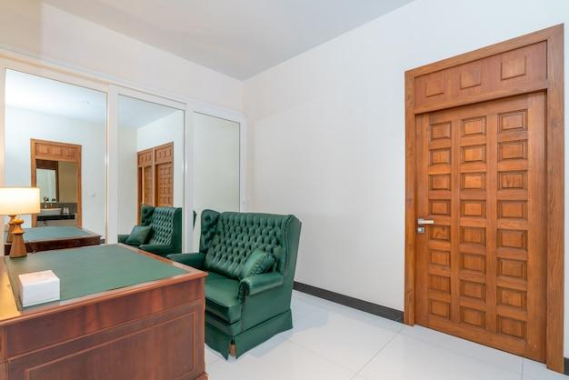 Innenarchitektur im wohnzimmer mit tisch und schreibtisch