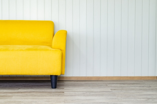 Innenarchitektur mit gelbem sofa auf liveing raum der weißen wand