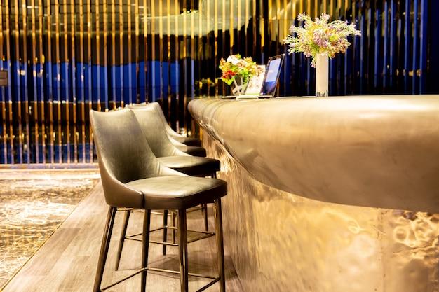 Innenarchitekturreihe des modernen lederhockerstuhls im luxusaufenthaltsraum.