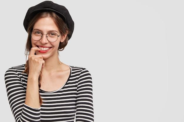 Innenaufnahme der positiven pariser lehrerin für französisch, die wie im urlaub im sommer in hochstimmung ist