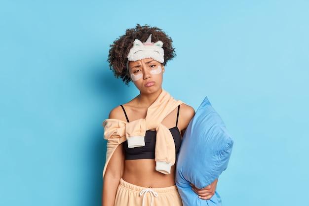 Innenaufnahme der unzufriedenen schläfrigen jungen afroamerikanischen frau hat gesichtsausdruck erschöpft