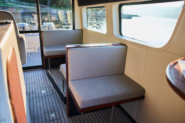 Innenaufnahme eines kleinen transportmotorbootes