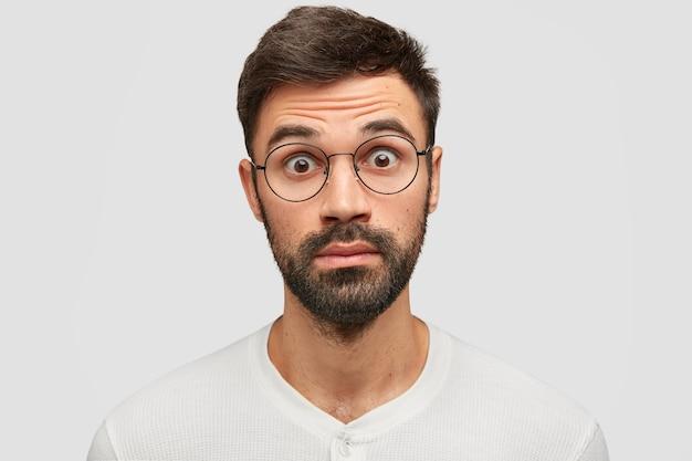 Innenaufnahme eines verblüfften verängstigten mannes erkennt, dass er für fehler antworten sollte, blickt mit verängstigtem ausdruck