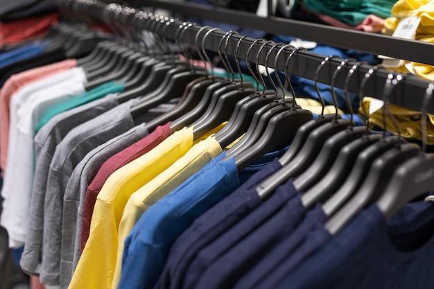 Innenaufnahme von gestellen mit hemden und unterhemden