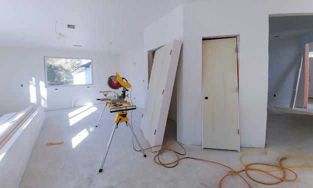 Innenausbau des wohnprojekts mit trockenbau installierter tür für ein neues haus vor der installation