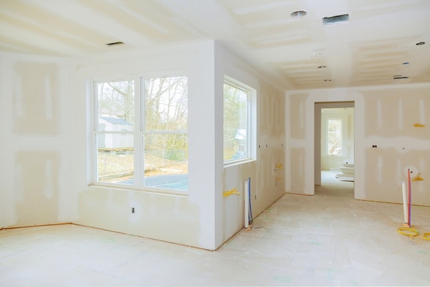 Innenausbau eines wohnprojekts mit trockenbau, installiert und ausgebessert, ohne lackierung