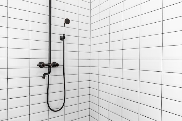 Innenausstattung des badezimmers mit kleiner dusche