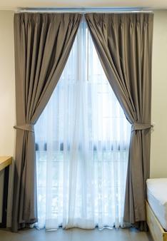 Innendekoration des leeren vorhangs auf wand im schlafzimmer