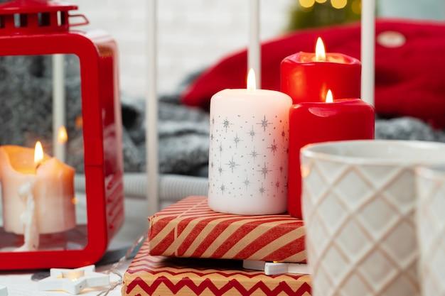 Innendekoration mit kerzen der roten und weißen weihnacht