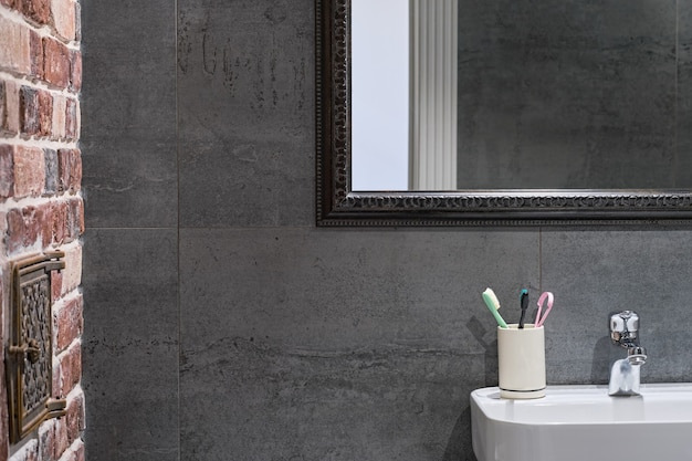Innendetails im badezimmer im loft-stil