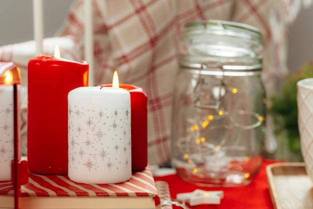 Inneneinrichtung der roten und weißen weihnachtskerzen