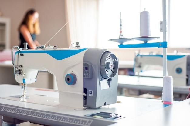 Inneneinrichtung der textilfabrik schließt atelier mit mehreren nähmaschinen schneiderei