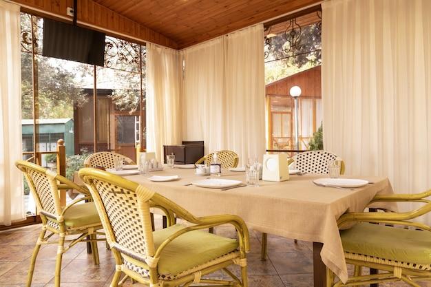 Inneneinrichtung des modernen restaurantbankett-veranstaltungsraums