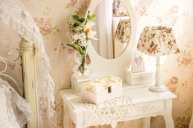 Innenfoto des tisches mit spiegel und blumen im provence-stil