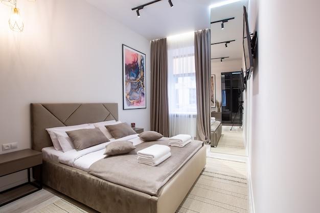 Innenfotografie, modernes schlafzimmer, mit großem stilvollem bett, modernem design, in beige