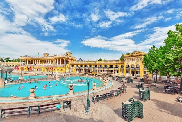 Innenhof der szechenyi-bäder, ungarisches thermalbad