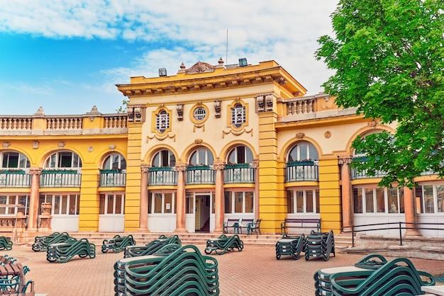Innenhof des széchenyi-bads, des ungarischen thermalbadkomplexes und der spa-behandlungen.