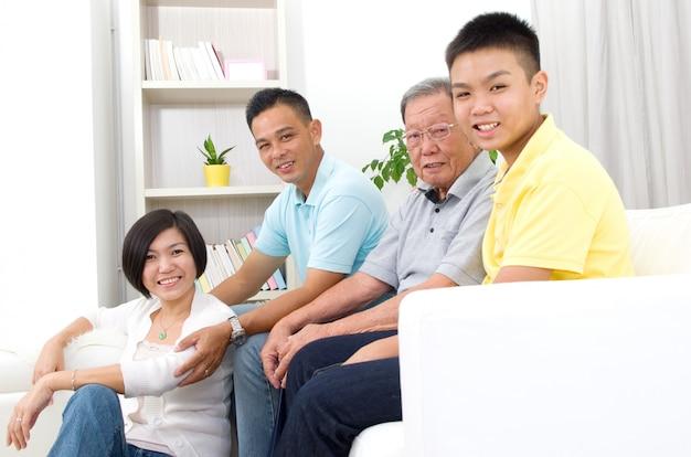 Innenporträt der schönen familie des asiaten 3 generationen