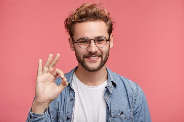 Innenporträt des bärtigen jungen mannes mit der trendigen frisur