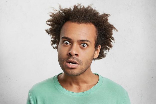 Innenporträt eines mürrischen, gereizten, genervten mannes, der wütend in die kamera schaut und wütend ist