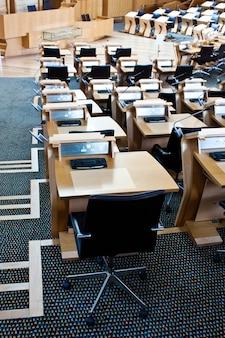 Innenräume des parlaments von edinburgh, erbaut im jahr 2004