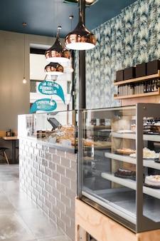 Innenraum der bäckerei mit beleuchtungsanlagen