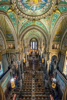Innenraum der basilika, notre dame de fourviere in lyon, frankreich - europa