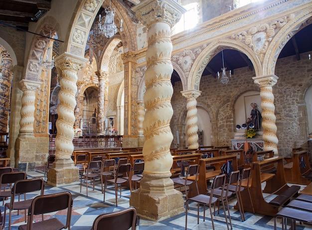 Innenraum der basilika san leone, assoro