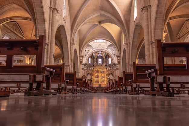 Innenraum der gotischen kathedrale von valencia