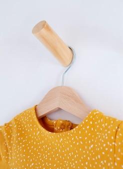 Innenraum der kinderzimmerdekoration mit kleidung