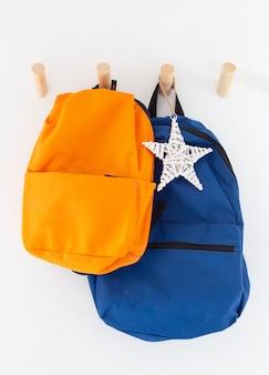 Innenraum der kinderzimmerdekoration mit taschen