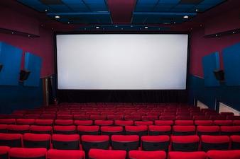 Innenraum der Kinohalle mit Stühlen
