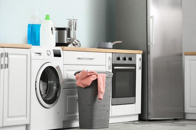 Innenraum der küche mit moderner waschmaschine